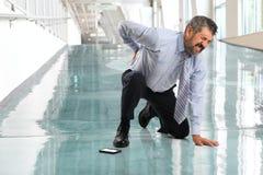 Affärsman Suffering från tillbaka skada fotografering för bildbyråer