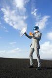 Affärsman Travels till framtid med satellit- minnestavlakommunikation Royaltyfri Foto