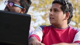 Affärsman två arbetar tillsammans om affär och studie lager videofilmer