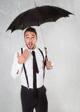 Affärsman under paraplyet arkivfoto