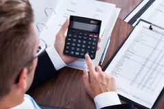 Affärsman Using Calculator Arkivbilder