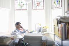 Affärsman Using Cell Phone i inrikesdepartementet royaltyfri fotografi