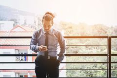 Affärsman Using Mobile Phone i utomhus- kontor Arkivfoto