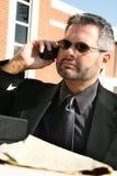 affärsman utanför den allvarliga telefonen Arkivbild