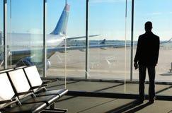 Affärsman Waiting hans flyg i flygplats Arkivbild
