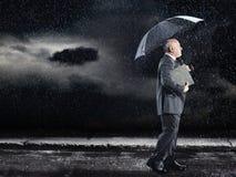 Affärsman Walking Under Umbrella i regn Arkivfoton