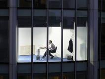 Affärsman Working Late Night i regeringsställning Arkivbilder