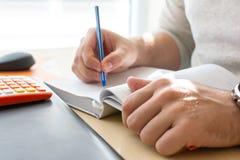 Affärsman Working på bärbara datorn för nytt projekt Anteckningsbok på tabellen och handstilen arkivbilder