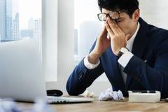 Affärsman Workplace Concept för stressad gest royaltyfria foton
