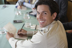 Affärsman Writing Notes royaltyfri bild