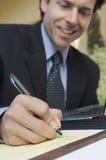 Affärsman Writing Notes arkivbild