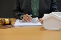 affärsmanadvokaten med intecknar lånavtalsöverenskommelse buying fotografering för bildbyråer