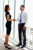 AffärsmanAnd Businesswomen Shaking händer Royaltyfri Bild
