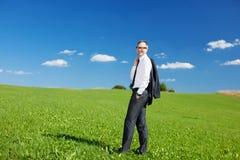 Affärsmananseende i ett grönt fält fotografering för bildbyråer