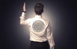 Affärsmananseende med labyrint på hans baksida Royaltyfria Foton