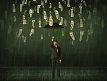 Affärsmananseende med paraplyet i begrepp för regn för dollarräkning Royaltyfri Bild