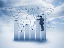 Affärsmananseende på en stege och en teckning ett diagram arkivfoton