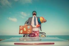 Affärsmananseende på en strand nära bilen fotografering för bildbyråer