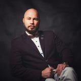 Affärsmananseende på mörk lutningbakgrund Fotografering för Bildbyråer
