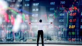 Affärsmananseende som håller armar lyftt och affärsmanlookin Arkivbilder