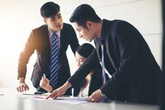 Affärsmanarbeta och punkt på finansiella diagram- och analysdokument för graf på kontorstabellen arkivfoton