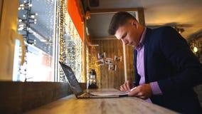 Affärsmanarbete, affärsman i kafé, affärsman som ser dokument lager videofilmer