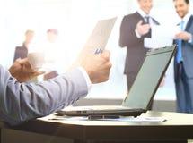 Affärsmanarbete i kontoret arkivfoto