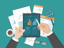 Affärsmanarbete med grafer på minnestavlaskärmen Revidera som redovisar, analys, analytics Dokument rapport Top beskådar royaltyfri illustrationer