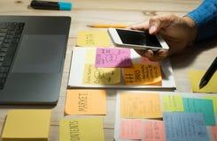 Affärsmanarbete med smartphone Denna är en 3D framförd bild Arkivbild