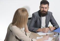 Affärsmanarbete på affärsplan med affärskvinnan Den skäggiga mannen sitter på skrivbordet med kvinnan, baksidasikt Man med skägge Fotografering för Bildbyråer