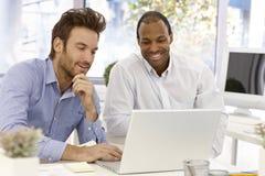 Affärsmanarbete tillsammans Arkivbilder