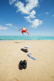 Affärsmanbanhoppning på stranden Royaltyfri Fotografi