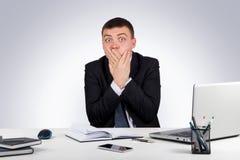 Affärsmanbokslutmun med händer var universitetsläraren please högt quiet stängt t-samtal upp arkivfoto