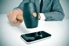 Affärsmanbroking en smartphone Royaltyfri Bild