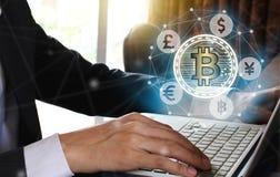 Affärsmanbruksbärbar dator med bitcoin och fintech för faktisk skärm, Arkivfoto