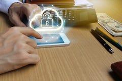 Affärsmanbruksbärbar dator och smartphone med den tekniska hänglåset och molnet Royaltyfri Foto