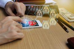 Affärsmanbruksbärbar dator och smartphone med den tekniska hänglåset och molnet Fotografering för Bildbyråer
