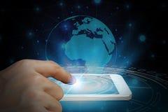 Affärsmanbrukssmartphone med det globala nätverket och global commun Royaltyfria Foton