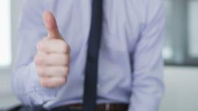 Affärsmandanande gör en gest med hans händer stock video