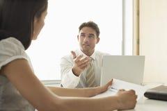 AffärsmanDiscussing With Female kollega Arkivfoton