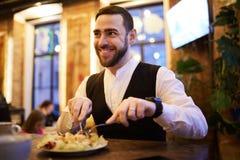 AffärsmanEating Food n restaurang fotografering för bildbyråer