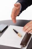 Affärsmanen med en räcka ordnar till för att försegla ett avtal arkivbilder