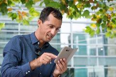 Affärsmanen med mobil ringer royaltyfri foto