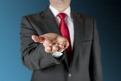 Affärsmanen som outstretching, räcker Arkivbild