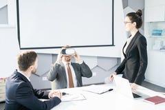 AffärsmanEnjoying VR hörlurar med mikrofon i möte arkivfoto