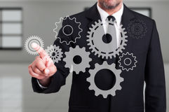 Affärsmanfinger som trycker på ett modernt digitalt kugghjul på pekskärm arkivbild