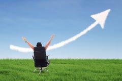 Affärsmanframgångbegrepp och övre piltecken på det gröna fältet Fotografering för Bildbyråer