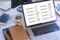 AffärsmanGRANSKNING och begrepp för resultatanalysupptäckt royaltyfri bild