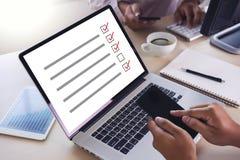 AffärsmanGRANSKNING och begrepp för resultatanalysupptäckt royaltyfria bilder