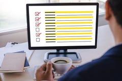 AffärsmanGRANSKNING och begrepp för resultatanalysupptäckt arkivfoton